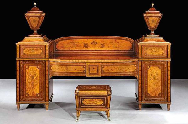 антикварное бюро и стул